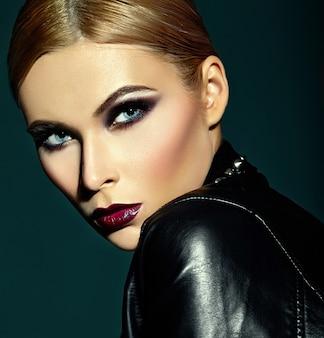 Retrato de primer plano de look.glamor de alta moda de hermosa sexy modelo caucásica joven elegante con maquillaje moderno brillante, con labios rojos oscuros, con piel limpia perfecta