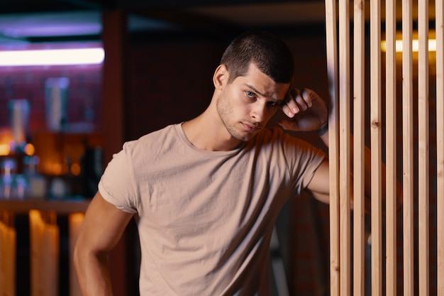 Retrato de primer plano de modelo masculino atractivo. joven guapo en un bar