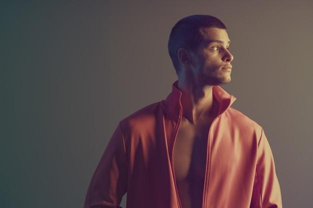 Retrato de primer plano de modelo masculino atractivo. luz de flash de color