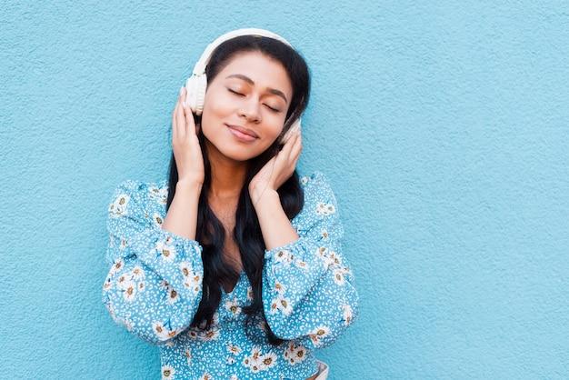 Retrato de primer plano de mujer con auriculares