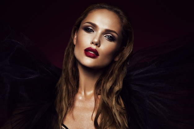 Retrato de primer plano de mujer hermosa con maquillaje brillante