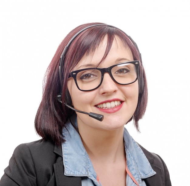 Retrato de primer plano de mujer joven sonriente con auriculares