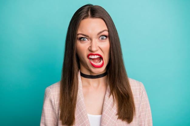 Retrato de primer plano de niña loca indignada expresando agresión