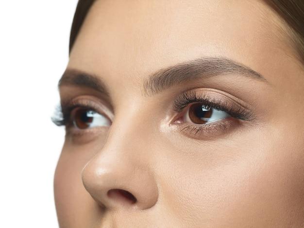 Retrato de primer plano de ojos de mujer joven sin arrugas. modelo femenino de piel cuidada. concepto de salud y belleza de la mujer, cosmetología, cosmética, autocuidado, cuidado del cuerpo y de la piel. anti-envejecimiento.