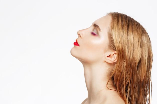 Retrato de primer plano en perfil de mujer joven con luz maquillaje.