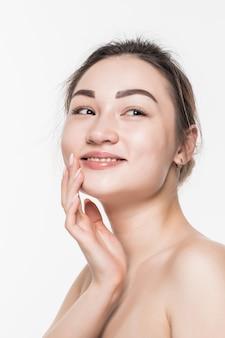 Retrato de primer plano de rostro de belleza asiática con dama elegante limpia y fresca aislada en la pared blanca