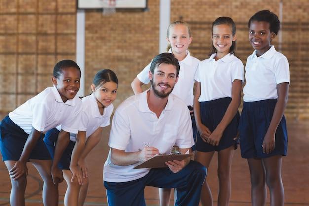 Retrato de profesor de deportes y niños de escuela