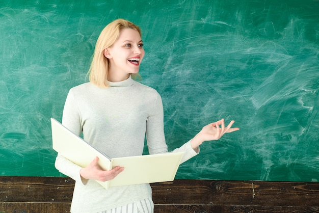 Retrato de profesor de joven profesor sonriente en el aula joven profesor educa a los estudiantes profesor