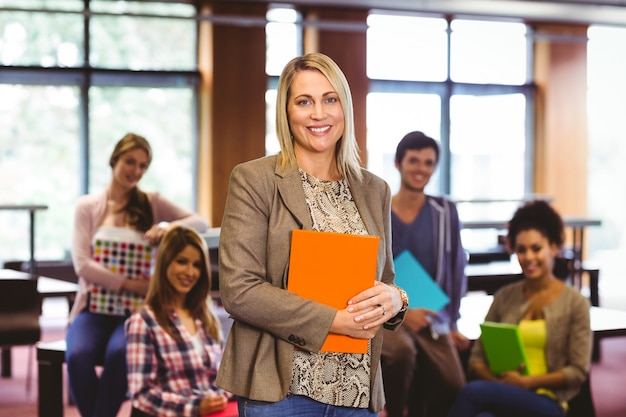 Retrato de la profesora con estudiantes detrás de ella