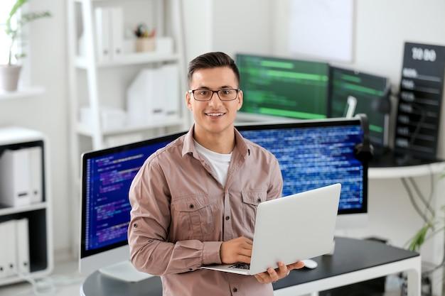 Retrato de programador masculino en office
