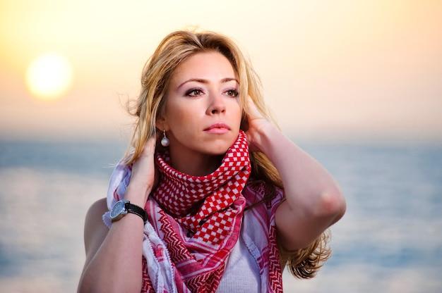 Retrato de la puesta del sol de la mujer europea hermosa de yang.