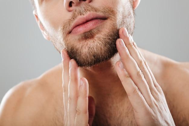 Retrato recortado de un hombre guapo con barba
