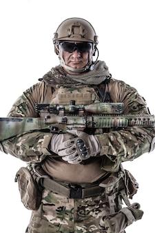 Retrato recortado de media longitud de gran soldado musculoso en uniformes de campo con rifle de francotirador, retrato aislado en blanco