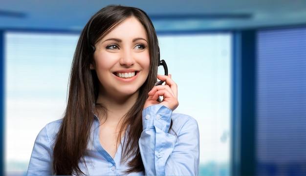 Retrato de un representante de atención al cliente hermosa en el trabajo