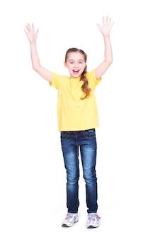 Retrato de risa linda niña feliz con las manos levantadas - aislado sobre fondo blanco.