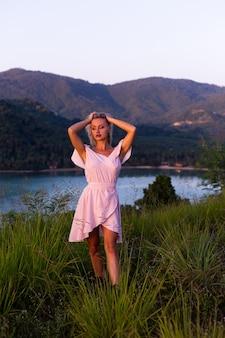 Retrato romántico de joven mujer caucásica en vestido de verano disfrutando de relajarse en el parque en la montaña con increíbles vistas al mar tropical mujer en viajes de vacaciones alrededor de tailandia mujer feliz al atardecer