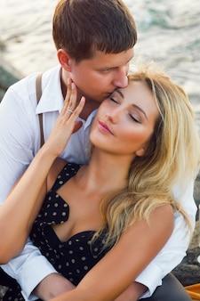 Retrato romántico de verano de abrazos de linda pareja cerca del mar
