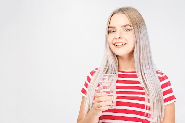 Retrato de rostro de mujer agua potable. niña sonriente. retrato aislado.