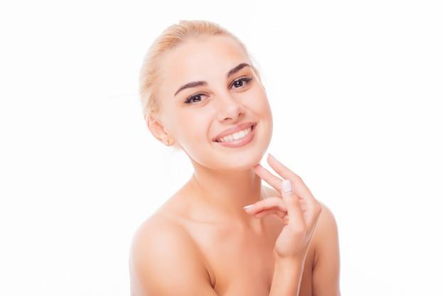 Retrato de rostro de mujer de belleza. hermosa modelo chica con labios de color perfect fresh clean skin color rojo púrpura. concepto de cuidado de piel y juventud morena rubia de pelo corto.