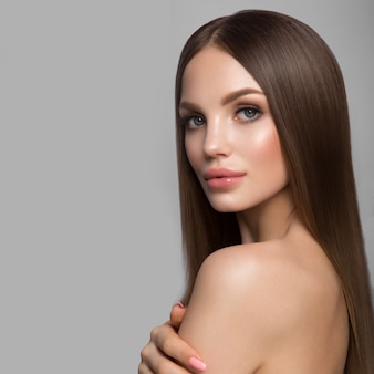 Retrato de rostro de mujer de belleza. hermosa modelo chica con piel limpia fresca perfecta