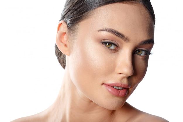 Retrato de rostro de mujer de belleza. hermosa modelo de spa para niña con piel limpia fresca perfecta.