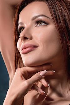 Retrato de rostro de mujer hermosa de cerca en la oscuridad