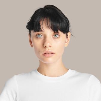 Retrato de rostro de mujer hermosa sobre fondo marrón