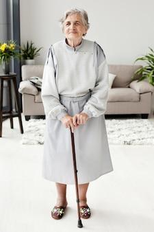 Retrato de senior abuela posando