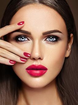 Retrato sensual de glamour de hermosa mujer modelo dama con maquillaje diario fresco con color rosa de labios y cara de piel limpia y saludable