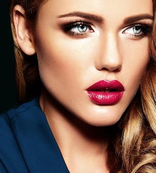 Retrato sensual de glamour de hermosa mujer rubia modelo dama con maquillaje diario fresco con color de labios rosados y piel limpia y saludable