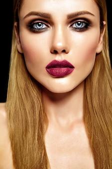 Retrato sensual de glamour de hermosa mujer rubia modelo dama con maquillaje diario fresco con color púrpura labios y piel limpia