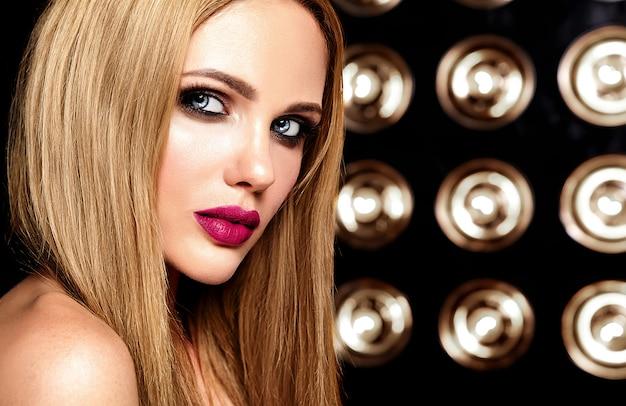 Retrato sensual de glamour de hermosa mujer rubia modelo dama con maquillaje fresco diario con color de labios rosados y piel limpia y saludable