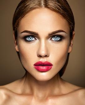 Retrato sensual glamour de mujer hermosa dama modelo con maquillaje fresco diario con labios rojos un lado de la cara es blanco y negro.