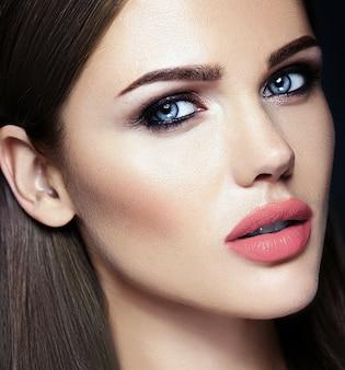 Retrato sensual de glamour de mujer hermosa modelo dama con color de labios desnudos y cara de piel limpia y saludable