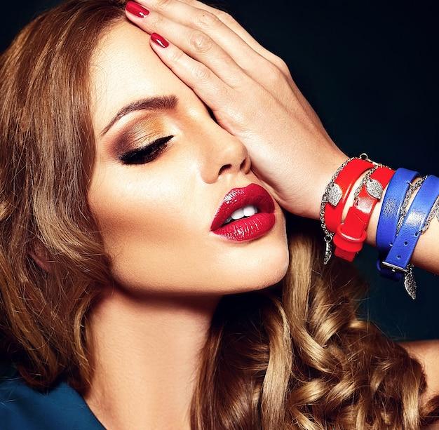 Retrato sensual glamour de mujer hermosa modelo con maquillaje fresco diario con color de labios rojos y piel limpia y saludable.