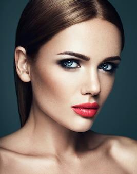 Retrato sensual de mujer hermosa modelo dama con maquillaje diario fresco con labios rojos y cara de piel limpia y saludable