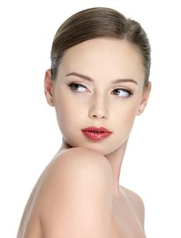 Retrato de sensualidad hermosa jovencita con lápiz labial rojo brillante en los labios -