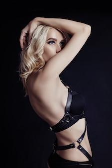 Retrato sexy mujer rubia elegante peinado