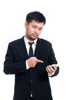 Retrato sincero del empresario profesional amistoso positivo con tableta con pantalla táctil