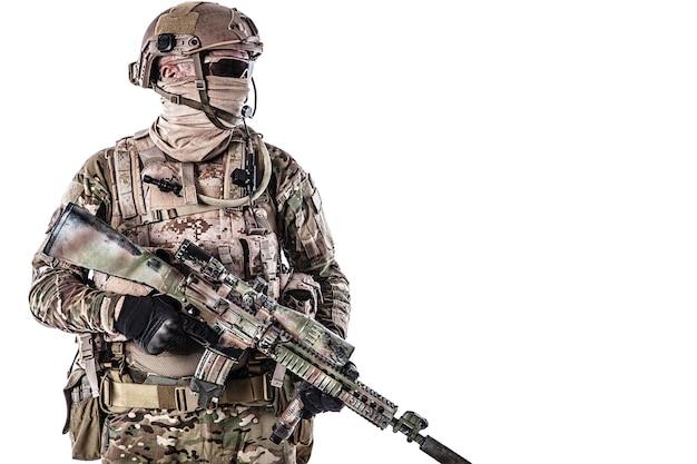 Retrato de soldado de las fuerzas especiales en uniformes de campo con armas, retrato aislado en blanco