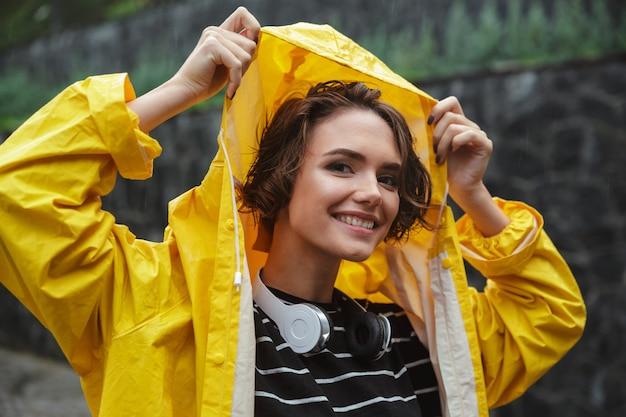 Retrato de una sonriente adolescente alegre con auriculares