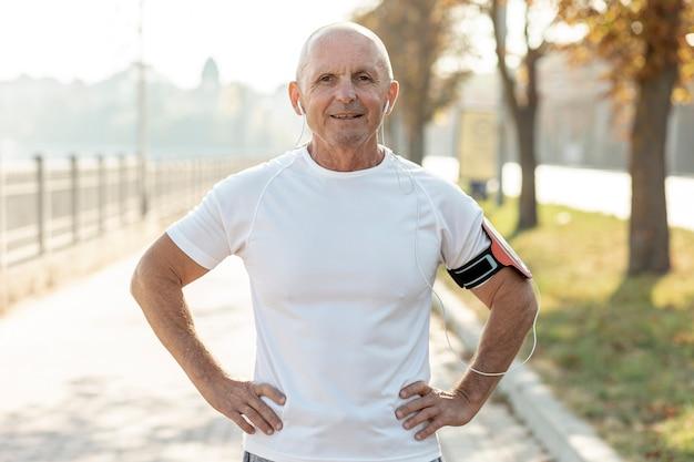 Retrato sonriente anciano atleta