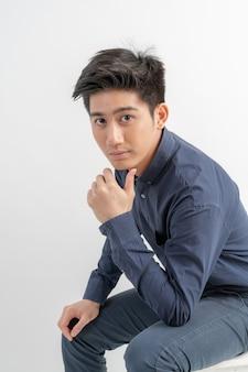 Retrato sonriente apuesto hombre asiático