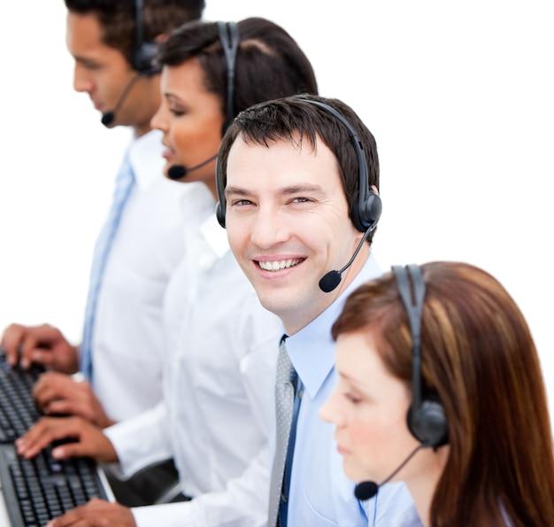 Retrato de sonriente businessteam con un auricular