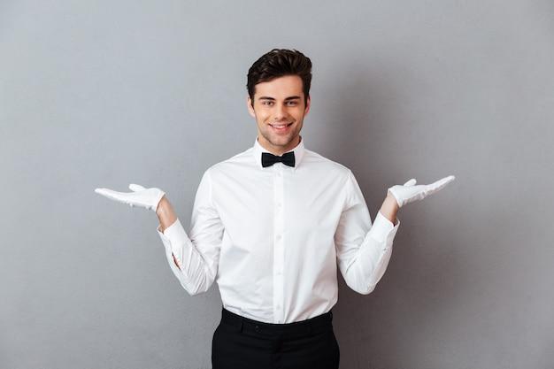 Retrato de un sonriente camarero masculino alegre
