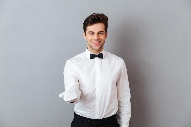 Retrato de un sonriente camarero masculino amable