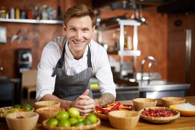 Retrato de sonriente chef en cocina