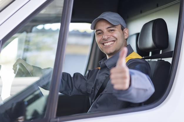 Retrato sonriente del conductor de la furgoneta