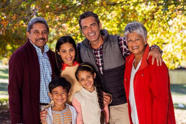 Retrato de sonriente familia multigeneración en el parque