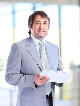 Retrato, de, un, sonriente, guapo, hombre de negocios